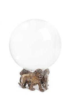 Robert Goossens, Kristallkugel auf drei plastischen Löwen, Auktion 1082 Hommage à Coco Chanel, Lot 1