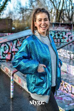 Met dit bomberjack aan is het lastig om geen vrolijke dag te hebben. De prachtige blauwe stof met turquoise metallic glans, gecombineerd met de grijze, glitter boordstof maakt 'm tot een waar feestje! Turquoise, Style, Fashion, Swag, Moda, Fashion Styles, Green Turquoise, Fashion Illustrations, Outfits
