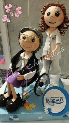 Enfermera y paciente en silla de ruedas Diy Crafts For Gifts, Arts And Crafts, Biscuit, Fondant Figures Tutorial, Lalaloopsy, Doll Tutorial, Fairy Dolls, Sugar Flowers, Craft Tutorials
