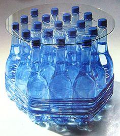 Stolik kawowy z wypełnionych wodą butelek plastikowych/ coffee table made with (full of water) plastic bottles