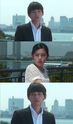 """Furiosa por las burlas de Naoki, Kotoko decide irse. Mientras Kotoko se aleja, llevando del brazo a Kin. Naoki le grita: """"Kotoko! Uds 2 son la pareja perfecta"""". Kotoko con una sonrisa: """"Vaya, gracias por decírmelo""""- y sigue su camino, mientras Naoki la sigue con la mirada. Sahoko: """"Eres un gran hombre de negocios y lo sabes todo, pero no conoces tus propios sentimientos, Naoki-san""""- y lo deja solo - Itazura na Kiss Love in Tokyo Ep 16"""