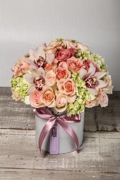 Arreglo floral con rosas , minirosa y orquideas cymbidium