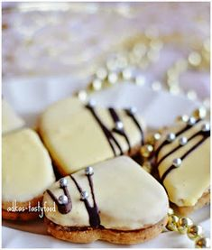 Flavor of my dishes . walnut heart with yolk sauce Christmas Biscuits, Christmas Baking, Panna Cotta, Dishes, Ethnic Recipes, Food, Basket, Christmas Cookies, Dulce De Leche