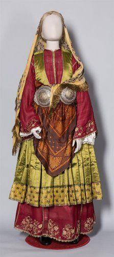 Νυφική ενδυμασία με πολύπτυχο μεταξωτό φουστάνι. Τρίκερι Μαγνησίας, τέλη 19ου αιώνας Greek Traditional Dress, Traditional Outfits, Dance Costumes, Greek Costumes, Greek Culture, Folk Dance, Folk Fashion, Fashion Project, Folk Costume