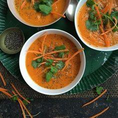 Har du prøvd brokkolisuppen med en vri? Vel, jeg gjør litt samme vri her, bare med gulrøtter. Rød curry paste... Thai Red Curry, Soup Recipes, Spicy, Ethnic Recipes, Food, Meals, Yemek, Eten