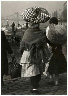 1953. Vásározó asszonyok a Dunaparton.