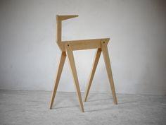 """'The Walking Desk' verfügt über eine einzigartige """"zweite Etage"""":  Das integrierte Regal macht den Tisch zu einem funktionalen Arbeitsplatz. Wichtige Dinge können griffbereit platziert werden; auf der Arbeitsfläche steht mehr Platz zur Verfügung. Der Schreibtisch passt daher auch für kleine Räume.   Jedes Körperteil des Bocks erfüllt dabei eine Funktion: Die Schrittstellung der Beine bietet Bewegungsfreiheit für den Nutzer; die Tischplatte ruht auf dem Rücken, 'Hals' und 'Kopf' tragen die…"""
