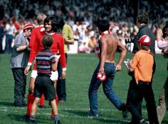 August 1970.Watney Cup Final.George Best surrounded by MU fans prior the kick-off @UtdBeforeFergie #mufc