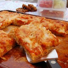 Lunchbox Pizza is a healthy and delicious meatless meal for lunch or anytime. From It's Not Easy Eating Green. #easy #healthy #meals