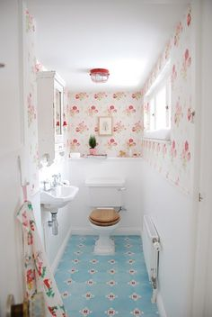 What a cheerful little bath! (Design by Yvonne Eijkenduijn http://www.yvestown.com/via Little Emma English Home)