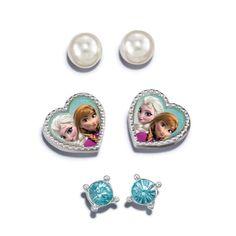 """Tres pares de adorables aretes con postecitos. Para niñas de 6 años en adelante.  Aretes de perlas de fantasia 1/4"""" aprox. Con postecitos • Aretes de gemas de fantasía (azul claro): 11/64"""" aprox. Con postecitos • Aretes de corazón con ilustración de Anna y Elsa: 7/16"""". Con postecito • Importado  © Disney www.youravon.com/maricelamartinez"""