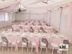 Ez a 3 kép jól példázza, miként alakul egy sátor esküvői dekorációja. Ha megálltunk volna a rózsaszínű elemeknél. akkor egy abszolút feminin hangulatú esküvő  fogadta volna a vendégeket. Viszont a pár arra vágyott, hogy férfias szín is be legyen csempészve és ne egy rózsaszín habos-babos dekoráció készüljön.  A szürke masnik felkerülésével már sokkal kiegyenlítettebb lett hangulat. Neon, Party, Modern, Wedding Ideas, Trendy Tree, Neon Colors, Parties, Wedding Ceremony Ideas, Neon Tetra