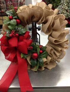 Corona navideña hecha con yute
