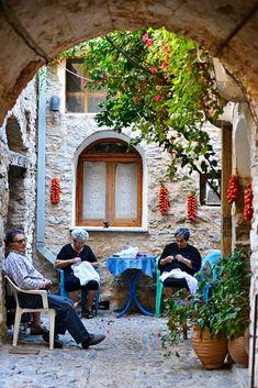 På den greske øya Chios finner du noen av Hellas' vakreste og mest spesielle landsbyer - nesten urørt av turisme. Chios, Nest, Painting, Nest Box, Painting Art, Paintings, Painted Canvas, Drawings