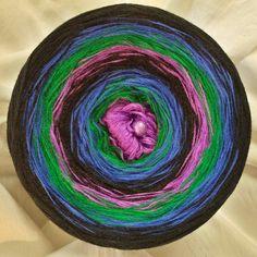 Nr.275, Variation 2: Hochbausch: 8 Farben im Wechsel rein: flieder grasgrün königsblau schwarz flieder grasgrün königsblau schwarz (hier im Bild in wachsenden Verlauf gewickelt)