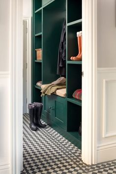 ✓ 70 Attractive Farmhouse Mudroom Entryway Ideas - Even a shallow house, just like the one pictured right here, can perform as a mudroom with artistic storage design. Studio Mcgee, Studio Studio, Farmhouse Laundry Room, Black And White Tiles, Design Blog, Design Trends, Color Trends, Laundry Room Design, White Cabinets