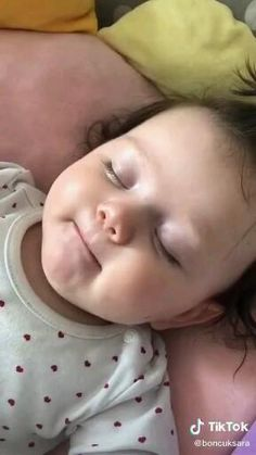 Baby Girl Images, Cute Baby Girl Pictures, Cute Baby Boy, Cute Little Baby, Baby Kind, Little Babies, Baby Photos, Cute Funny Baby Videos, Cute Funny Babies