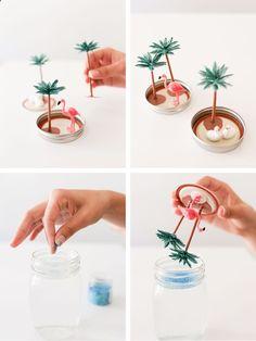 idée comment fabriquer une boule a neige été soi meme, tutoriel bricolage facile, un pot en verre, rempli d eau, et poudre de paillettes et figurines tropicales, flamant rose et palmiers, deco bord de mer été