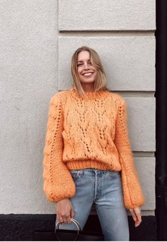 Nas escolhas da Boga: esta camisola da Ganni que ya promete ser o must-have de este otoño-inverno. Poncho Au Crochet, Wearing All Black, Vogue, Cardigan Pattern, Knit Fashion, Knitting Designs, Autumn Winter Fashion, Knitwear, Street Style