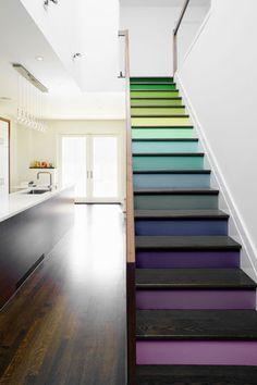 6. Repeindre les marches en couleurs - 12 idées pour relooker facilement la maison - CôtéMaison.fr
