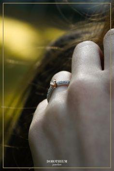 """Wir glauben an die ewige Liebe - das spiegeln die Verlobungsringe unserer Endless Love Kollektion auch wider. Liebevolle Feinheiten und Details machen diesen Ring in Weißgold und Akzenten in Roségold zu einem """"ich liebe dich"""" in Gold gegossen."""