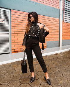 Look anos 50 inspired, com padronagem poá, jaqueta perfecto, calça reta e mocassim. Instagram: @Viihrocha