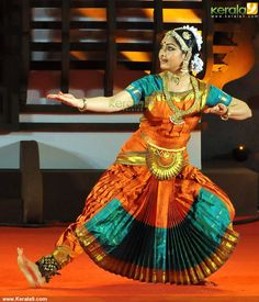 Rajashree Warrier Dance Performance at Nishagandhi Festival 2014 Photos Cool Costumes, Dance Costumes, Dance Photo Shoot, Indian Classical Dance, Dance World, Costumes Around The World, Dance Poses, Hindu Art, Dance Pictures