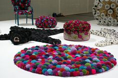 decorative accessories made with pompons Handmade Home Decor, Handmade Decorations, Diy Carpet, Rugs On Carpet, Carpets, Stair Carpet, Cheap Carpet, Pom Pom Rug, How To Make A Pom Pom
