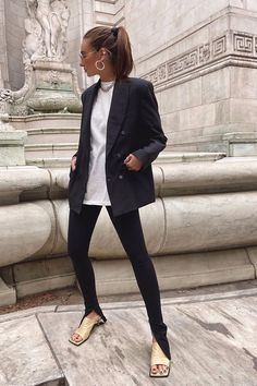 From croissant bags to leggings find out the five fashion micro-trends that are about to blow up this month. Black Leggings Outfit, Legging Outfits, Tribal Leggings, Split Pants, T Shirt Branca, Look Blazer, Look Street Style, Blazers, How To Hem Pants