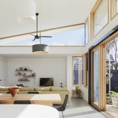 Ben Callery Architects worked together with builder Truewood Construction to design and complete a modern extension on a house in Melbourne, Australia. Roof Design, House Design, Interior Architecture, Interior Design, Windows Architecture, Ideas Terraza, Clerestory Windows, Solar House, Australian Homes