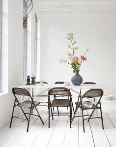 Haussa ruokapöytä, mut nää tuolitkin on kivat.