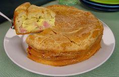 A Receita de Torta Cremosa de Queijo e Presunto é perfeita para o lanche da sua família. A massa da torta é feita rapidamente no liquidificador e fica deli