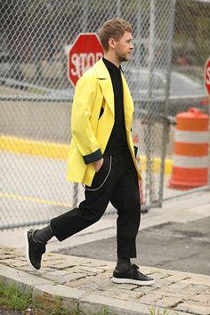 Street Style Leo Faria masculino com look todo preto e casaco amarelo Normcore, Fashion, Yellow Trench Coat, Moda, Fasion, Trendy Fashion, La Mode