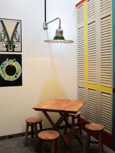 Uma casa de vila retrô. Veja: http://casadevalentina.com.br/projetos/detalhes/casa-de-vila-com-perfume-retro-566 #decor #decoracao #interior #design #casa #home #house #idea #ideia #detalhes #details #style #estilo #casadevalentina #diningroom #saladejantar