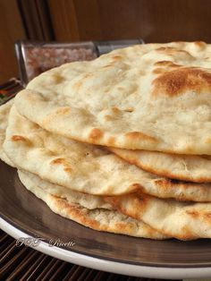 Greek pita, a very soft bread to try. Ciabatta, Naan, Greek Pita, Salty Cake, Pitta, Easy Bread, Zucchini Bread, Sweet And Salty, Finger Foods