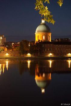 Le dôme de la grave illuminé reflète dans la Garonne