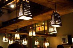 genial idea decorativa de lamparas realizada con ralladores,
