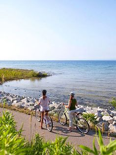 Petoskey Petoskey spotlight: Natural appeal  Outdoorsy attractions around Petoskey make it easy to escape for fresh air and exercise. The 26-mile Little Traverse Wheelway bike path (pictured) links Charlevoix, Petoskey and Harbor Springs and offers stunning scenery (and no hills!). The best views are south of Petoskey, but head the other way to reach pretty Waterfall Park.