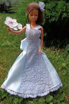 barbie en robe de satin bleu pale et dentelle