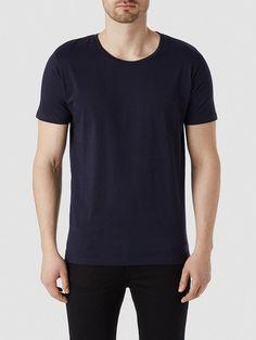 Heritage SELECTED Homme - Regular fit - 100 % Pima-Baumwolle - Runder Kragen - Leichte und weiche Qualität. Das Model ist 189 cm und trägt Größe L. Dieses T-Shirt ist aus Pima-Baumwolle gefertigt, die für edle Qualität bekannt ist. Es ist atmungsaktiv, haltbar und bequem - ein Muss in jeder Garderobe. 100% Pima-Baumwolle...
