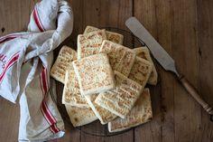 Pyszny, mięciutki chlebek z lekko chrupiącą skórką :-) Ma neutralny smak, więc dobrze komponuje się zarówno na słodko, jak w wersji wytrawnej. Może być podstawą kanapki, albo świetnym dodatk…