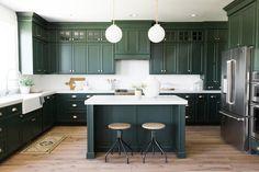 dark green kitchen The Best Kitchen Trends for 2018 Home Decor Kitchen, Rustic Kitchen, Interior Design Kitchen, New Kitchen, Kitchen Dining, Awesome Kitchen, Green Kitchen Island, Dark Green Kitchen, Green Kitchen Cabinets