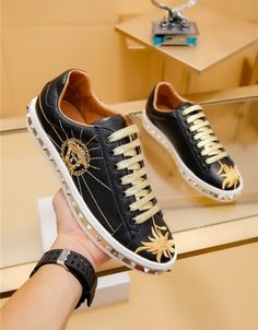 Versace Casual Shoes For Men Versace Shoes, Versace Fashion, Mens Fashion Shoes, Sneakers Fashion, Sneakers Nike, Fashion Slippers, Best Shoes For Men, Shoes With Jeans, Luxury Shoes