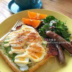 アボカドと卵のオープンサンドトースト、サラダ、ジョンソンヴィルの生ソーセージ、清見オレンジ、コーヒー - 28件のもぐもぐ - アボカドと卵のオープンサンド(朝食2015.4.9) by lottarosie