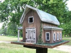 Traditional Barn Birdhouse