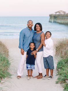 8 Most Beautiful Outfit Ideas for Family Pictures in Myrtle Beach. Family Photography Ideas on What To Wear for Myrtle Beach Family Photography session. Photos Bff, Beach Family Photos, Beach Photos, Family Pics, Family Family, Beach Christmas Pictures, Ideas For Beach Pictures, Family Beach Poses, Family Events