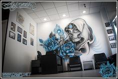 Catrina pintada sobre paredes de tienda de tatuajes