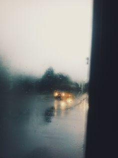 زنی هر روز شیشه را پاک میکند شاید مردی پشت آن در حال آمدن باشد! اما باز پشت شیشه باران میآمد... تنهایی! #کیوان_میرشاهی