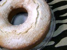 Receita de BOLO DE CLARAS (Bolo da Vovó) - 4 colheres (sopa) de manteiga ou margarina sem sal, 2 xícaras (chá) de açúcar, 1 pitada de sal, 1 xícara (chá) de leite, 3 xícaras (chá) de farinha de trigo, Raspas de casca de limão à gosto (não deixe de por), 1 colher (sopa) de fermento, 1 colher (sopa) de óleo de milho ou canola (imprescindível), 5 claras batidas em neve, Açúcar de confeiteiro para polvilhar (opcional)