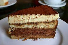 El delicioso Cake Tiramisu es un sencillo postre que usted va a poder preparar en casa y se va a enamorar de su sabor a café y licor. Atrevase a hacerlo y disfrutelo mucho.
